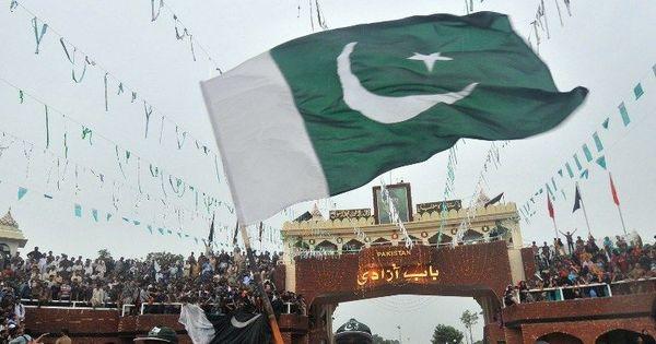 बाघा बॉर्डर पर पाकिस्तान ने भारतीय तिरंगे से भी ऊंचा झंडा फहराया