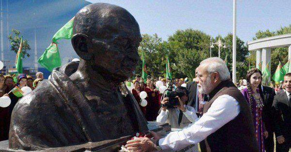 गांधी के 150 वर्ष ऐसे अभागे समय में पूरे होंगे जब असत्य सबसे आकर्षक उत्पाद बन रहा है