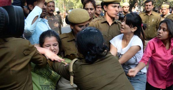 क्यों दिल्ली में महिलाओं के लिए पुलिस के बीच भी खुद को असुरक्षित महसूस करने की वजह मौजूद है