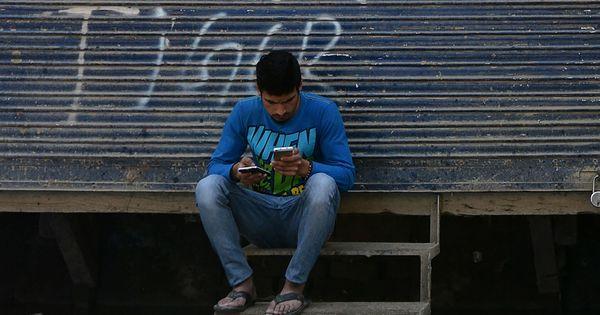कैसे इंटरनेट पर बार-बार लगता बैन कश्मीर को देश की मुख्यधारा से और भी दूर ले जा रहा है