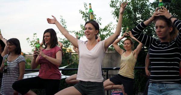 बियर योगा : दुनिया की सबसे लोकप्रिय चीजों में से दो को एक साथ भुनाने की कोशिश