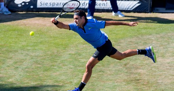 Roger Federer marches into Halle quarter-final