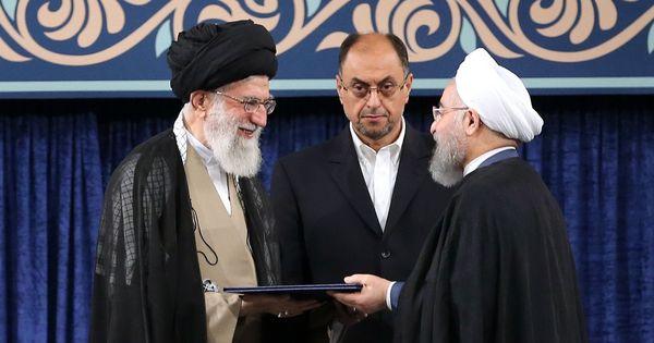 ईरान के सर्वोच्च धार्मिक नेता अयातुल्लाह अली खामेनेई (बायें) और दायीं ओर राष्ट्रपति हसन रूहानी | फोटो: एएफपी
