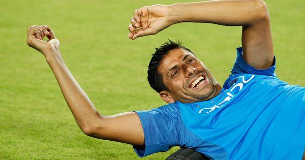 तेज़ गेंदबाज़ आशीष नेहरा की इस तेज़ी से विकेट नहीं, लोग गिर सकते हैं... मगर हंसते-हंसते!
