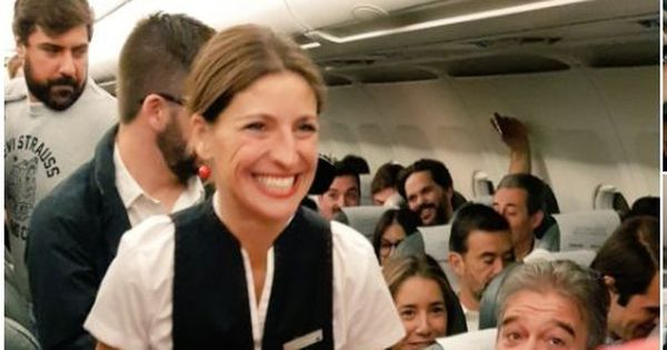 Watch: Samsung distributes free Galaxy Note8 handsets to 200 passengers in a flight in Spain