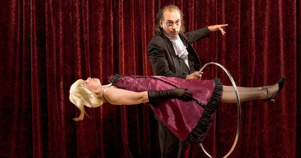 जादू दिखाते हुए अक्सर 'आबरा-का-डाबरा' क्यों कहा जाता है?