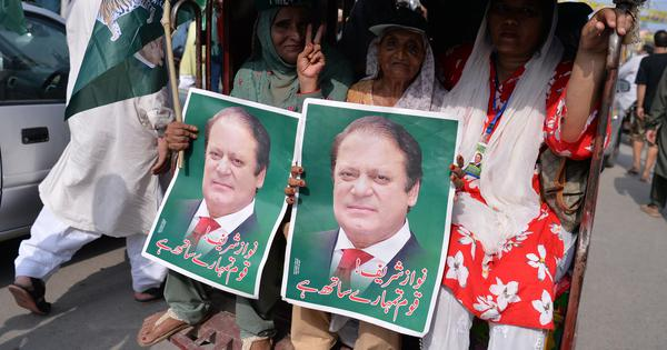पाकिस्तान चुनाव : नवाज़ शरीफ और इमरान खान की पार्टियां नज़दीकी मुकाबले में आईं