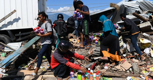 Indonesia tsunami: Jakarta ready to receive international help, volunteers dig mass graves