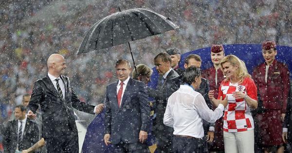फुटबॉल विश्व कप : फ्रांस ने ख़िताब जीता और क्रोएशिया ने दिल लेकिन चर्चा रहा पुतिन की छतरी का