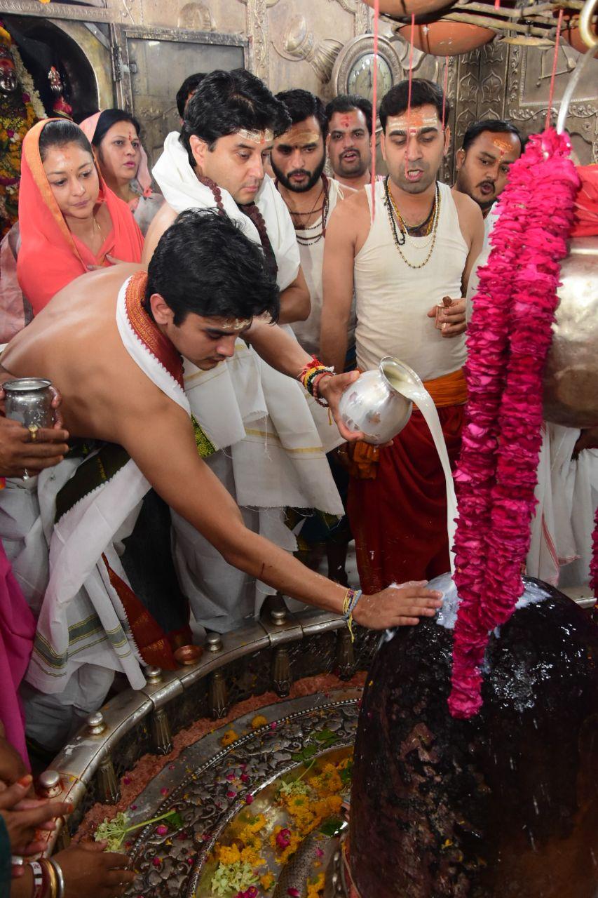 परिवर्तन यात्रा से पहले उज्जैन के महाकाल मंदिर में परिवार के साथ पूजा-अर्चना करते सिंधिया