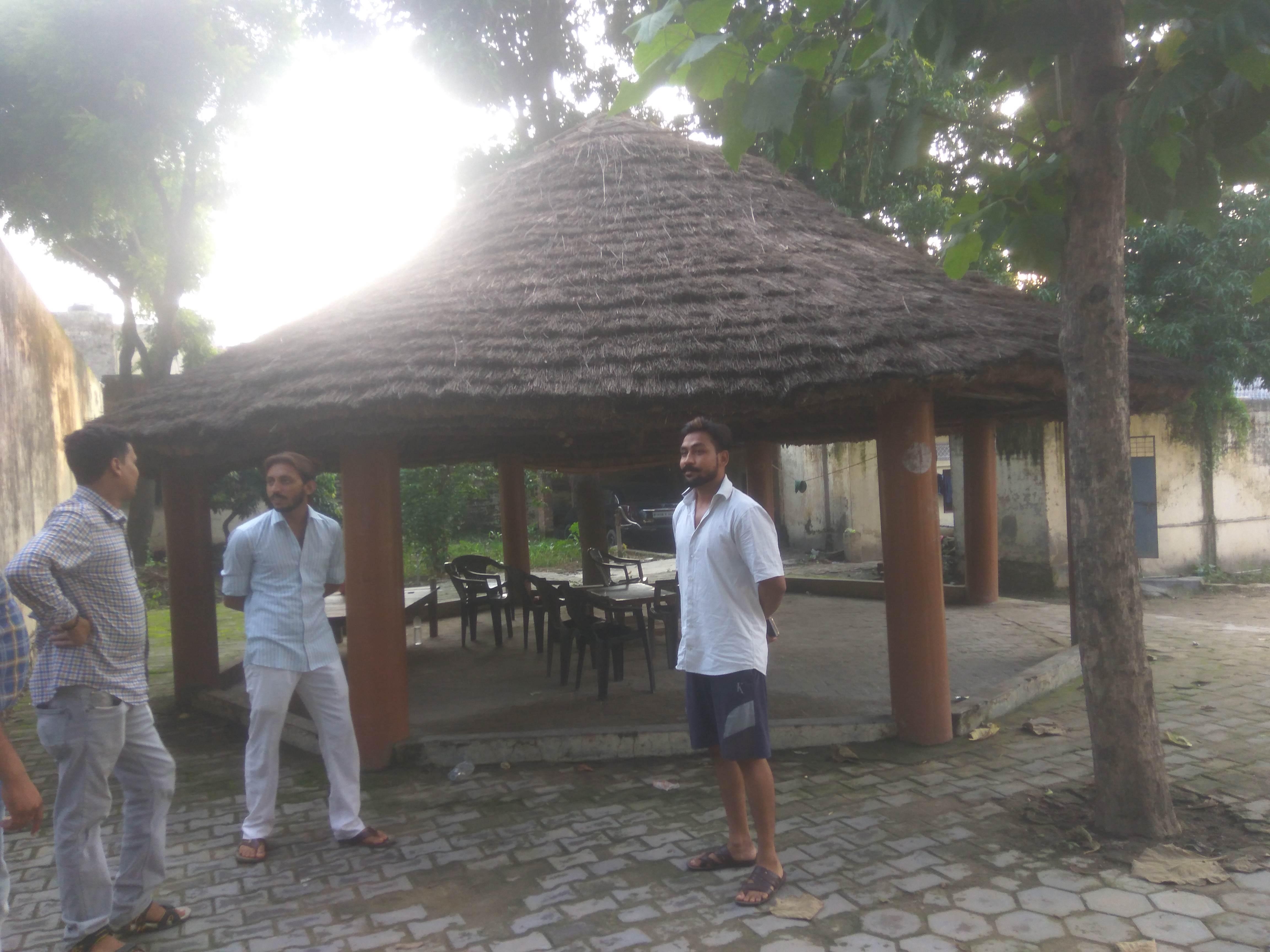 चंद्रशेखर रावण के घर से कुछ दूरी पर ही यह बैठक बनी है जहां संगठन की गतिविधियों पर चर्चा होती है.