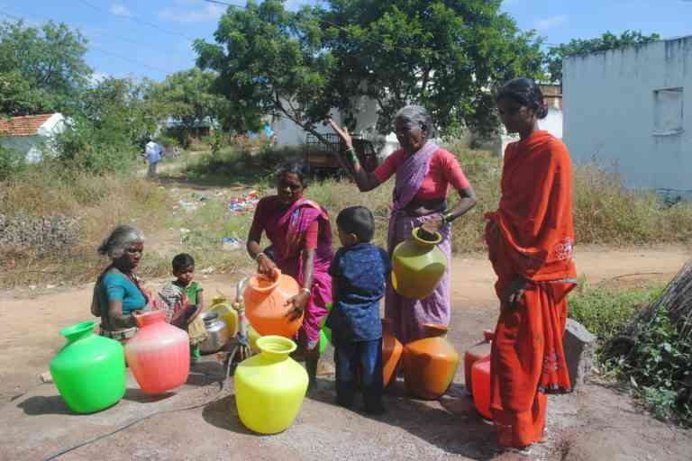 The rush to fill water at Peddadarpally village from a single borewell that works. Photo Credit: Meena Menon