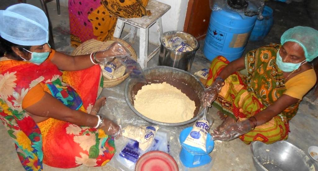 Women package sattu handmade with jata, taking measures to ensure quality. Photo credit: Mohd Imran Khan