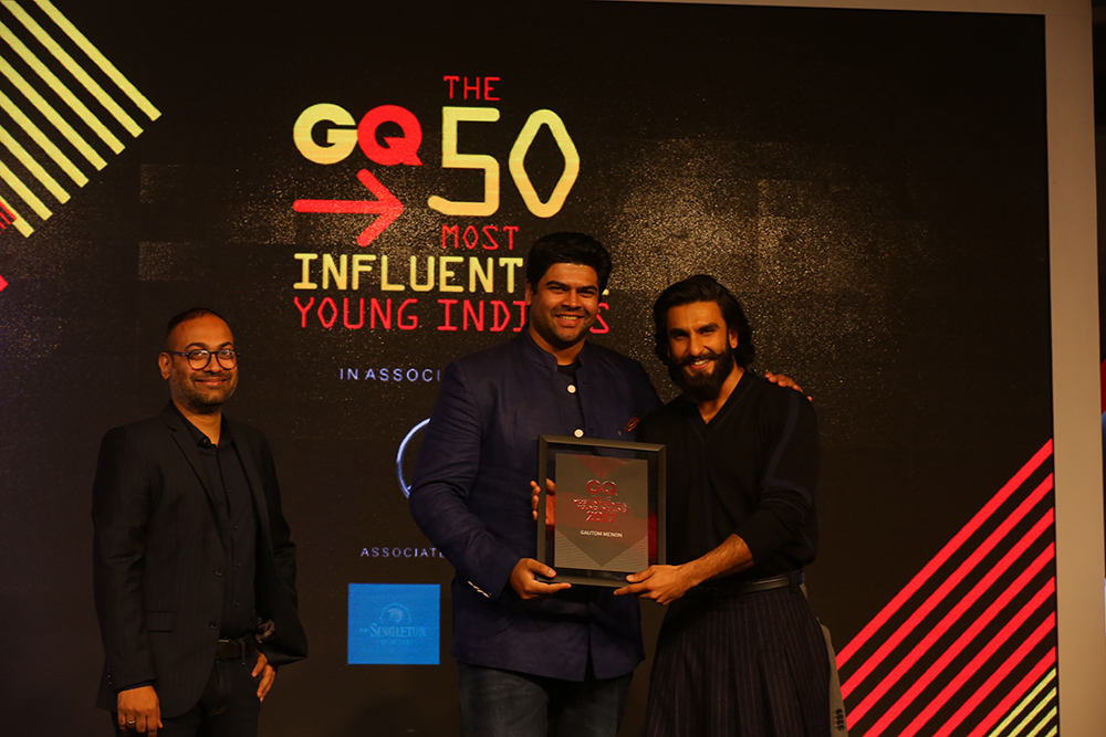Gautom Menon receives an award from actor Ranveer Singh. Image courtesy: Gautom Menon