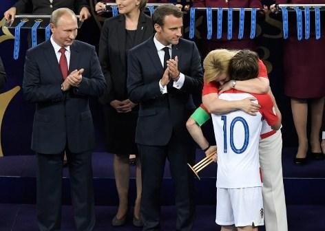 क्रोएशिया के इस विश्व कप में शानदार प्रदर्शन के नायक रहे कप्तान लुका मोद्रिच को पुरस्कार वितरण समारोह में क्रोएशियाई राष्ट्रपति गले से लगा भावुक हो गईं। एएफपी