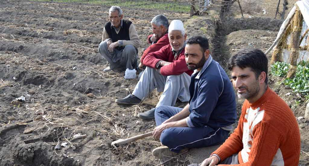 Vegetable farmers in Budgam district taking a break from farming activities. Photo credit: Athar Parvaiz