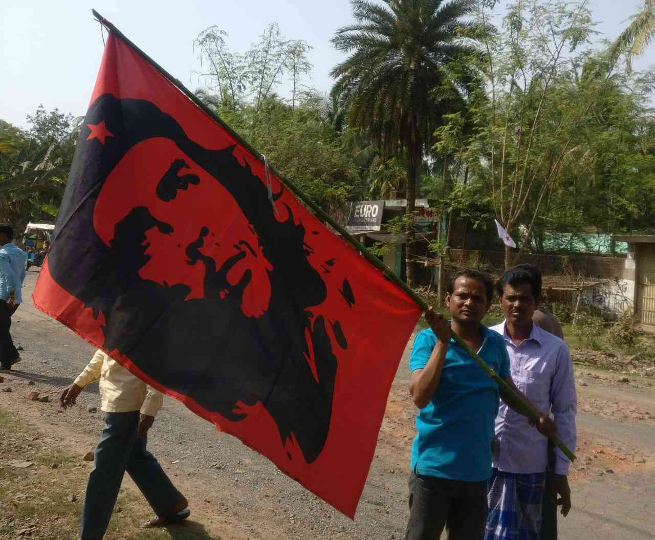 A Left worker holds a banner with a photo of Argentine Marxist revolutionary, Che Guevera at a rally in Murshidabad district on March 25, 2019. Credit: Shoaib Daniyal.
