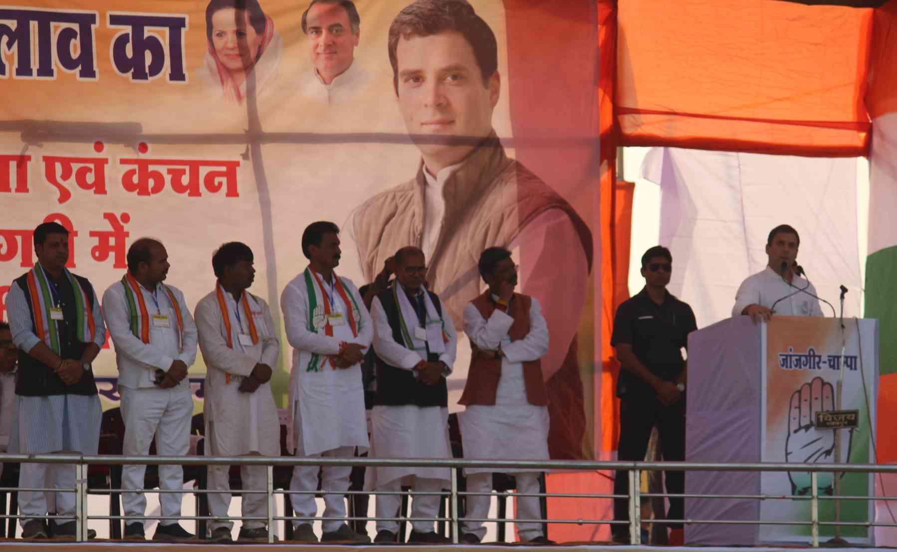 पार्टी उम्मीदवारों के साथ राहुल गांधी