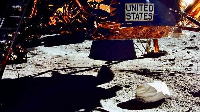 नील आर्मस्ट्रांग द्वारा चंद्रमा पर फेंकी थैली