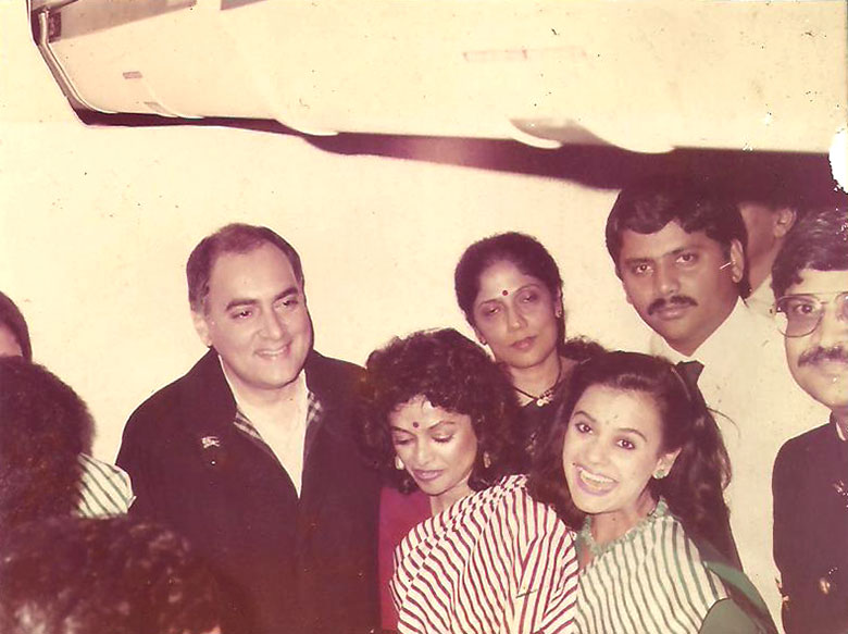 Elfin Fernand (in red sari) with Rajiv Gandhi after the former Prime Minister took a VIP flight on Air India. Photo courtesy: Elfin Fernand