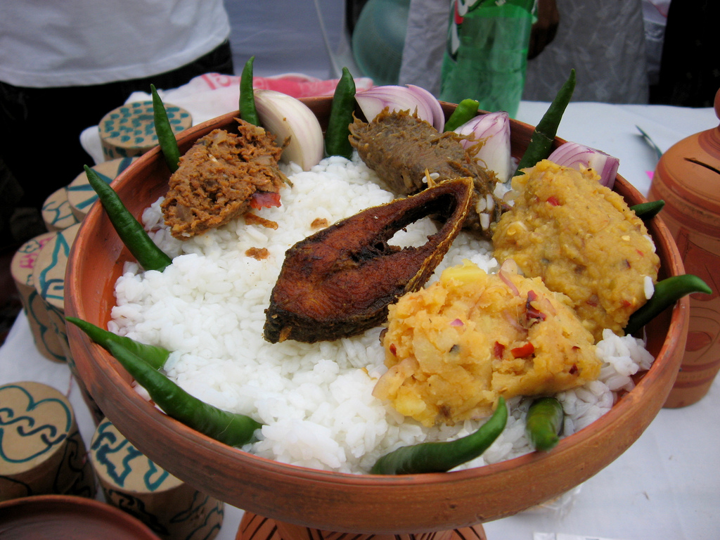 A platter of panta bhaat with accompaniments. Photo credit: Tahmid Munaz/Wikimedia Commons [CC BY-SA 2.0]