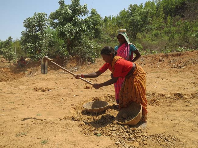 Women workers at a Mahatma Gandhi National Rural Employment Guarantee scheme work-site in Latehar, Jharkhand. Photo credit: Anumeha Yadav