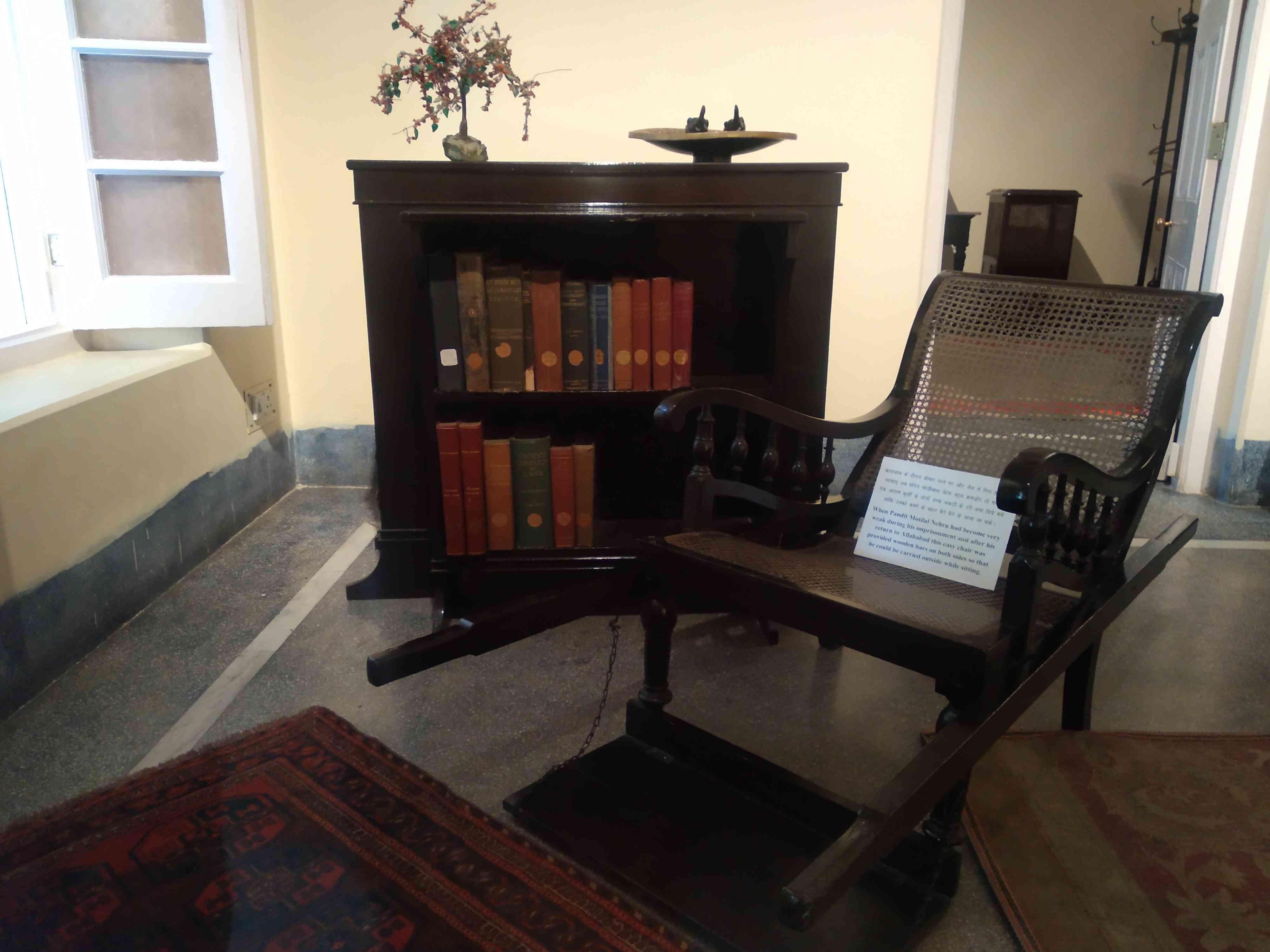 मोतीलाल नेहरू के कमरे में रखी पालकीनुमा कुर्सी
