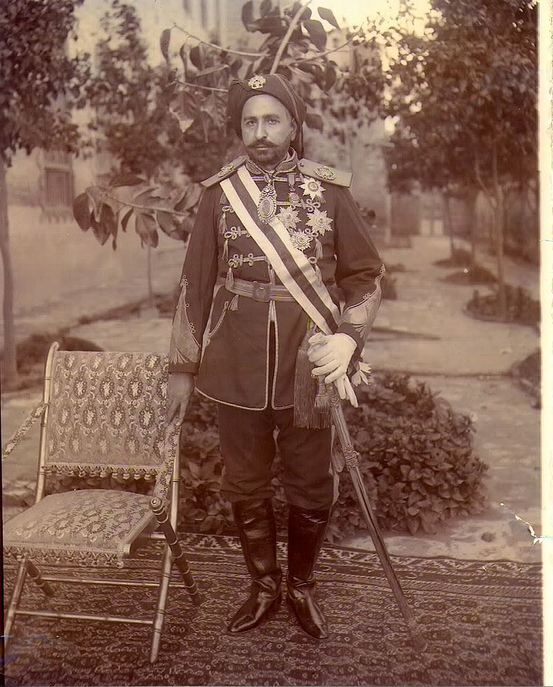 Shaikh Khaz'al bin Jābir bin Mirdāw al-Ka'bī wearing military uniform and honours bestowed on him by both the British and Persian Governments. Image credit: Wikimedia Commons [Licensed under CC BY 4.0]