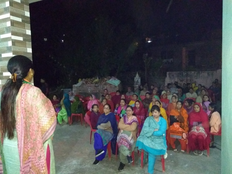 Indu Goswami addresses a gathering of women voters in Palampur on November 3. (Photo credit: Arushi Aggarwal).