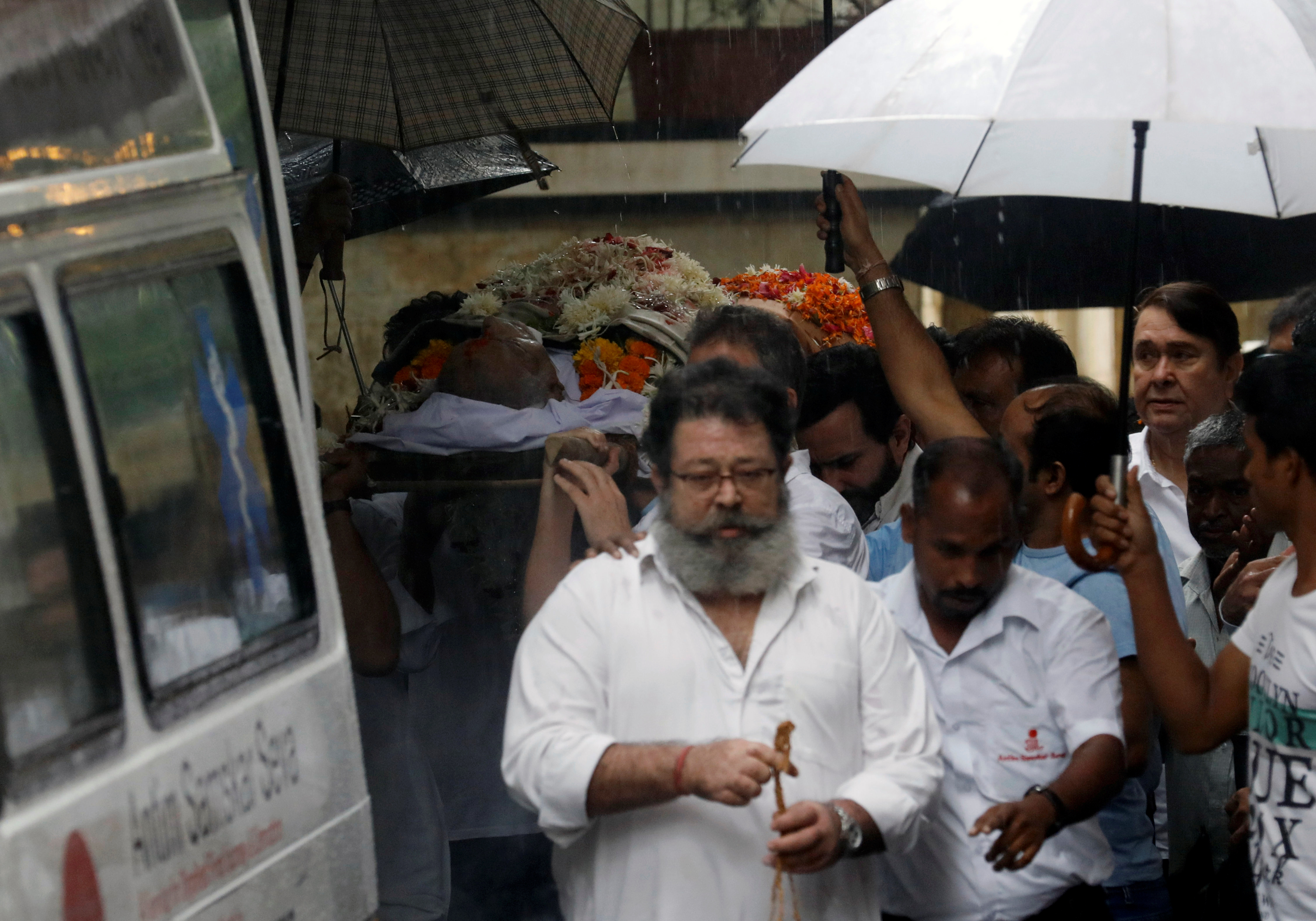 Shashi Kapoor's son Kunal Kapoor and nephew Randhir Kapoor seen at the funeral procession. (Image Credit: Danish Siddiqui/Reuters)