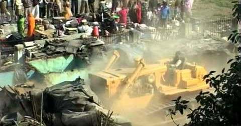 This what it looks like when Indian authorities demolish a slum