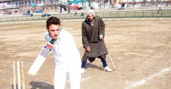 आमिर लोन के दोनों हाथ नहीं हैं और वे एक राज्यस्तरीय क्रिकेट टीम के कप्तान हैं