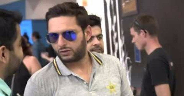 Watch Afridi being bailed out by a fan after not being able to pay for his burger