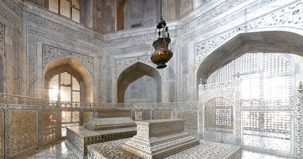 Why Lord Curzon's name is inscribed on a lamp that hangs inside the Taj Mahal