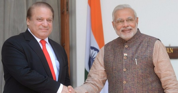 Narendra Modi holds impromptu talks with Nawaz Sharif in Lahore