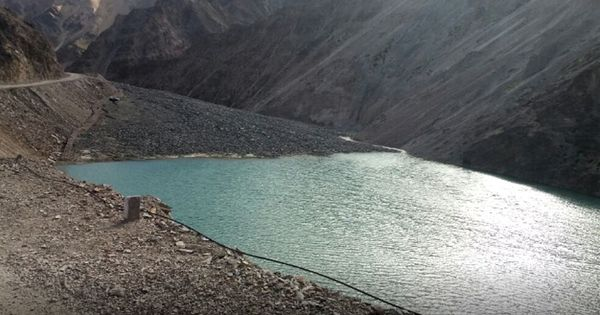 प्रशासन की लापरवाही से हिमालय में बनी यह अस्थाई झील कभी भी तबाही ला सकती है