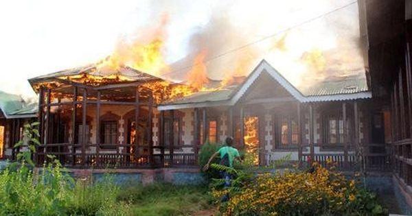 कश्मीर घाटी के स्कूलों में यह आग कौन लगा रहा है ?