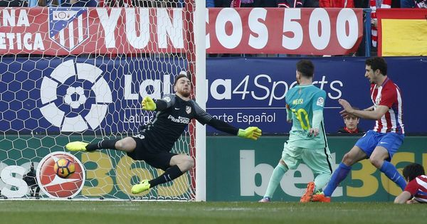 Lionel Messi keeps Barcelona's title race alive with late winner against Atletico Madrid