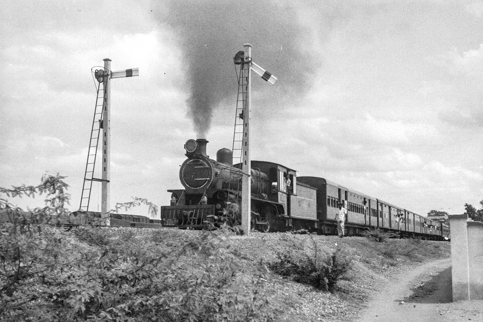 Steam train receiving the home signal clearance to enter Manamadurai, Madras State in June 1965. Credit: Ian Manning and Poochi Venkat