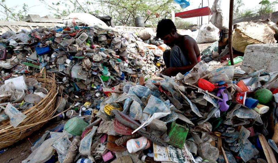 India generates around 15,342 tonnes of plastic waste daily. (Photo credit: AFP)