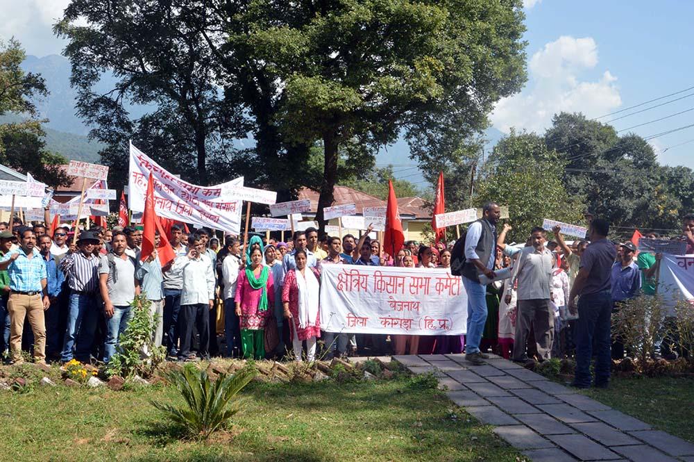 Farmers protesting against the SHP in Kangra district, Himachal Pradesh. Photo credit: Akshay Jasrotia