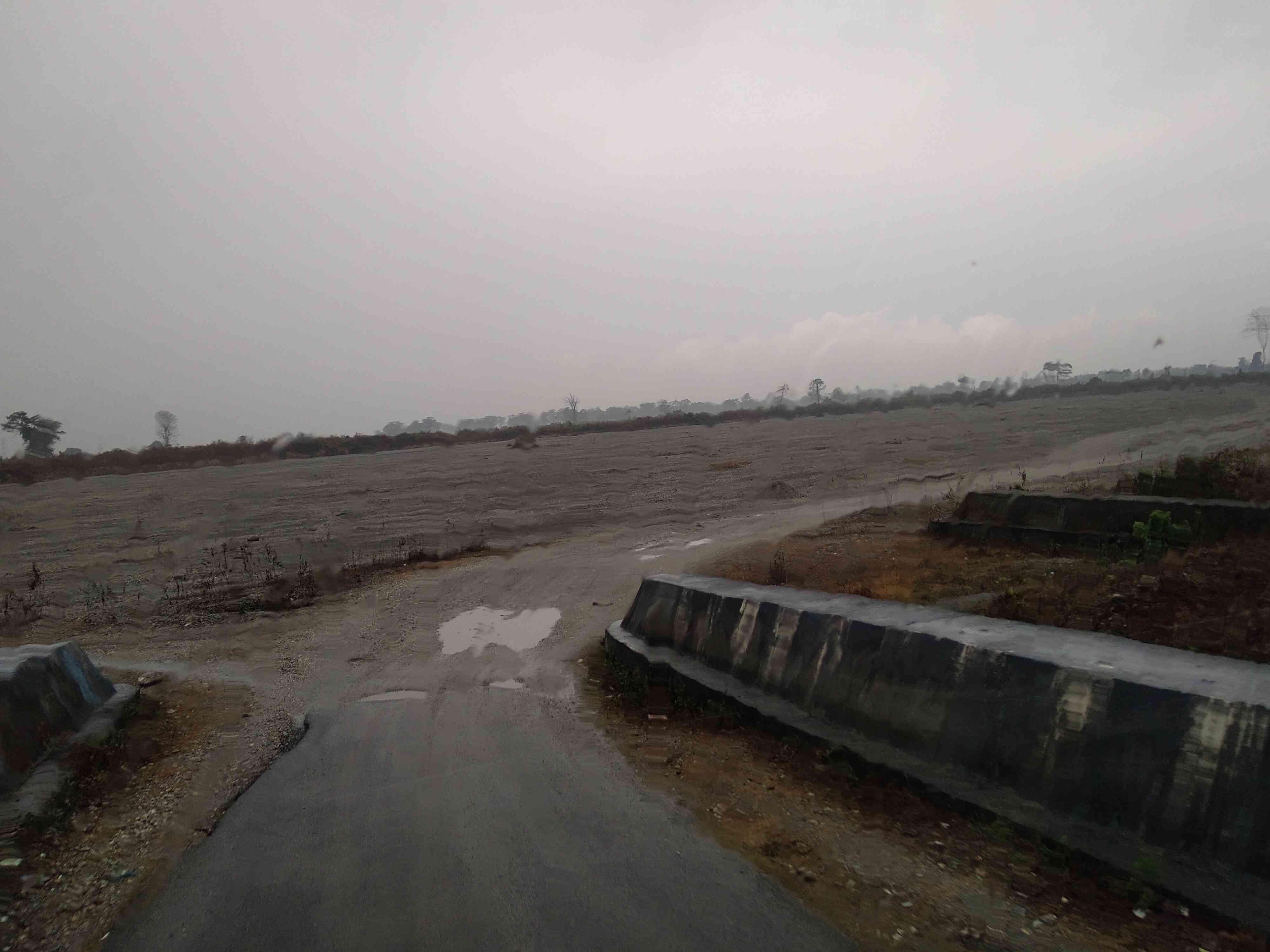 टोरसा नदी से होकर टोटोपाड़ा जाने के लिए बिना पुल का रास्ता