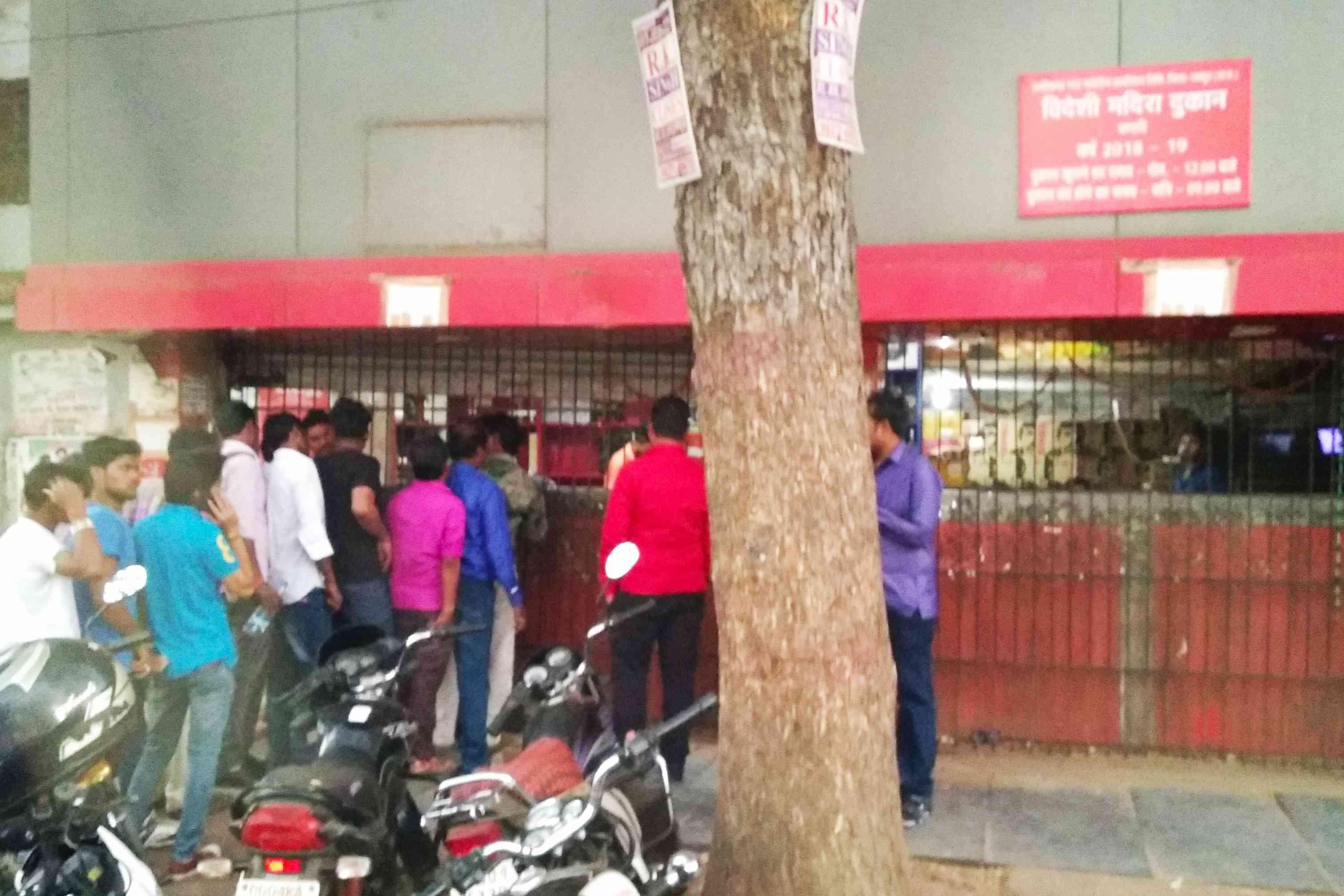 रायपुर स्थित एक विदेशी शराब की दुकान के सामने लगी ग्राहकों की कतार | फोटो: हेमंत कुमार पांडेय