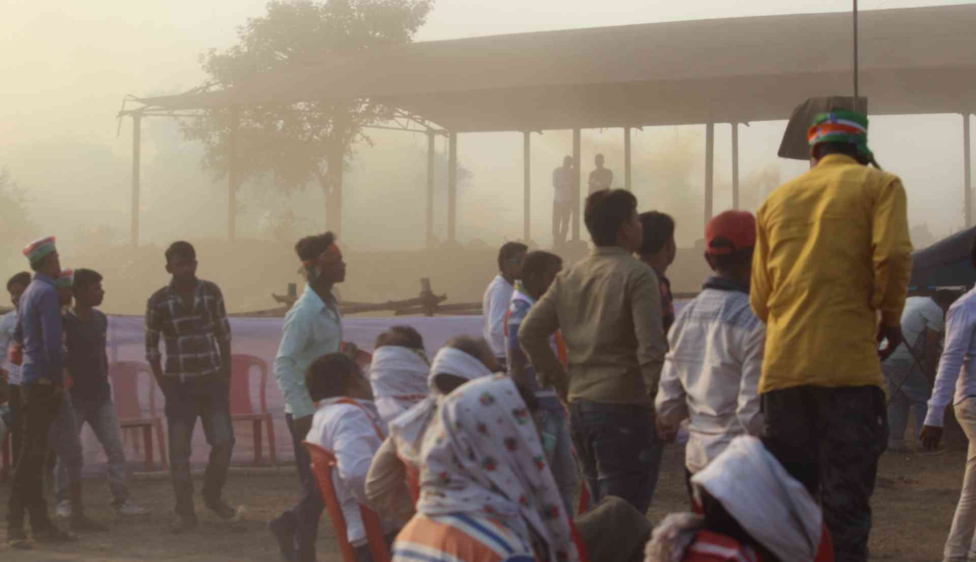 राहुल गांधी की सभा में हेलिकॉप्टर के लैंडिंग के चलते धूल का गुबार