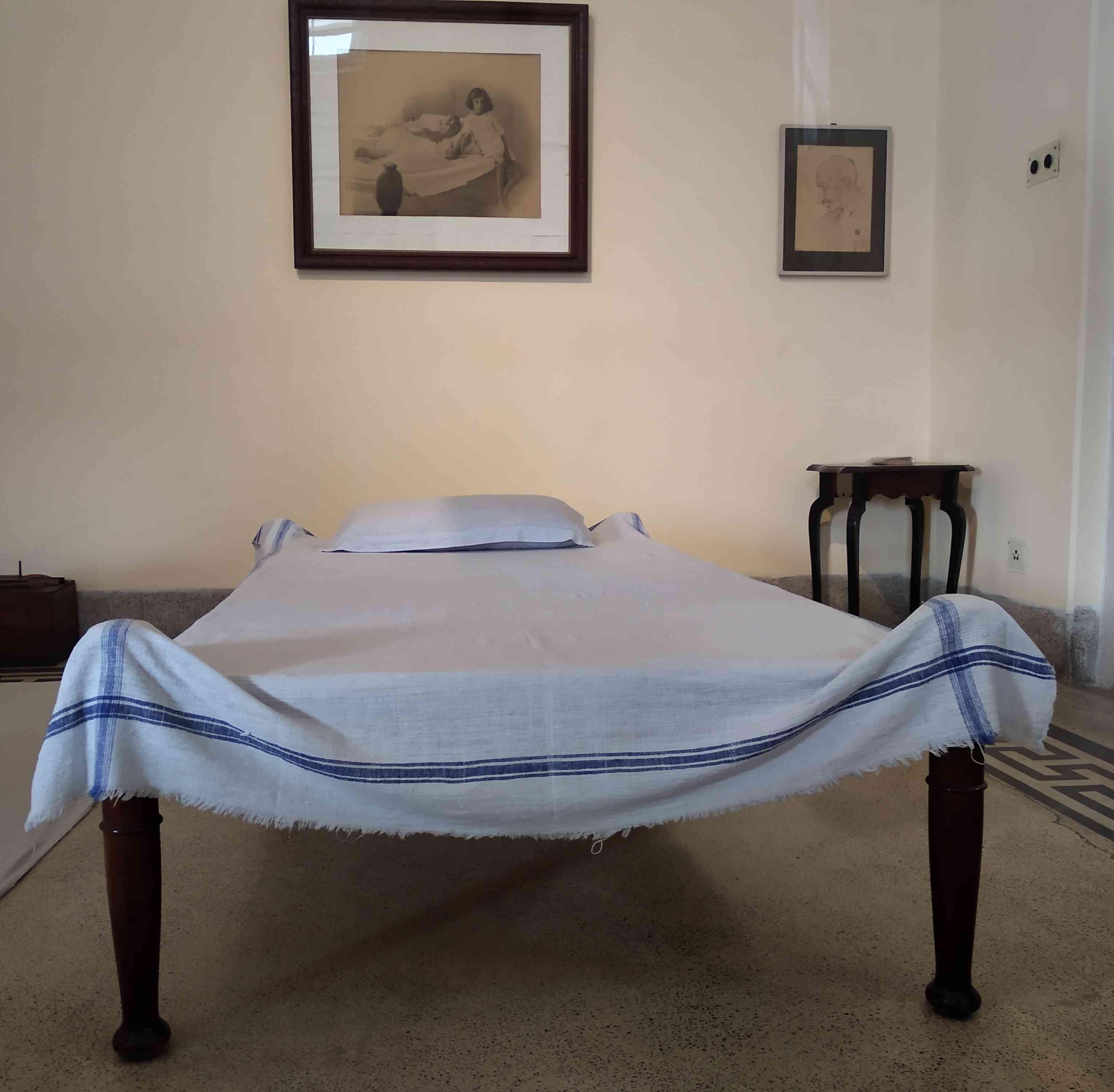 महात्मी गांधी का बिस्तर और इंदिरा गांधी की तस्वीर