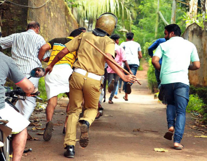 Police lathicharge anti-pipeline protestors in Kozhikode on November 1. Photo by special arrangement