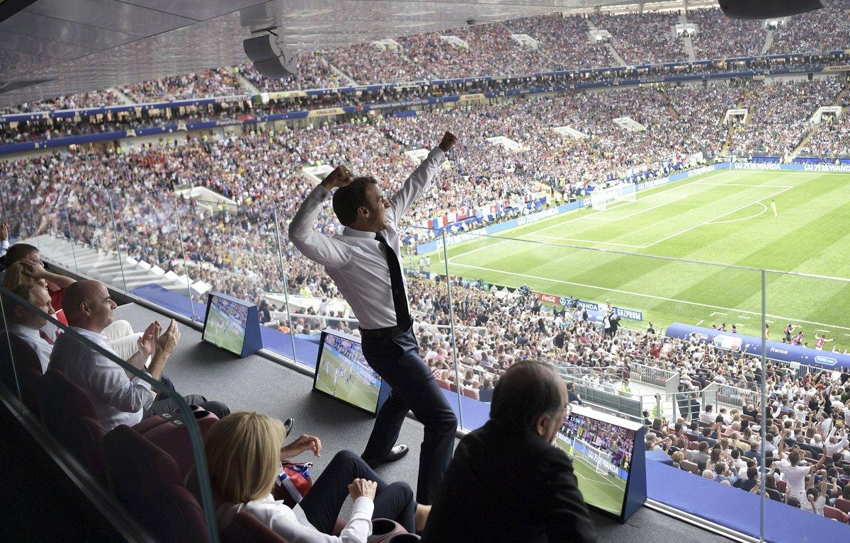 विश्व कप फुटबॉल के फाइनल में फ्रांस के गोल पर राष्ट्रपति इमानुएल माक्रों ने कुछ इस अंदाज में खुशी मनाई। टि्वटर