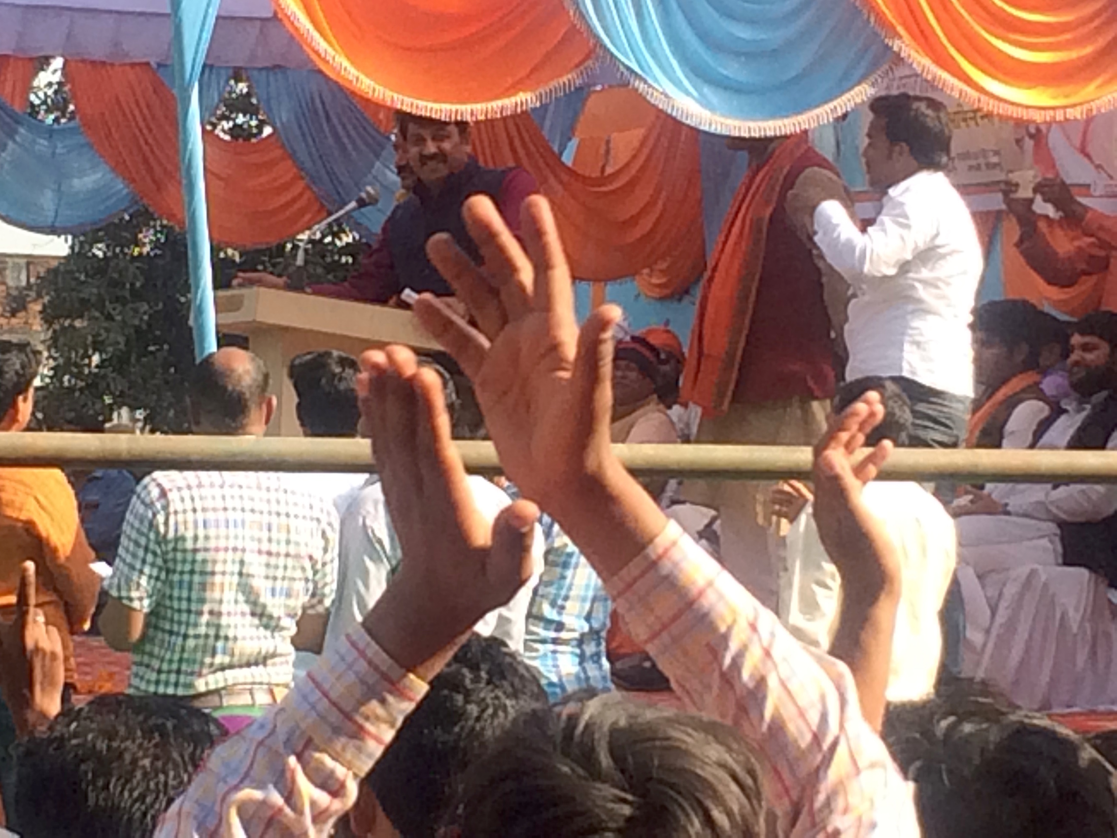 Manoj Tiwari addressing the crowds in Naupedwa, less than 10 kms from Baksha.