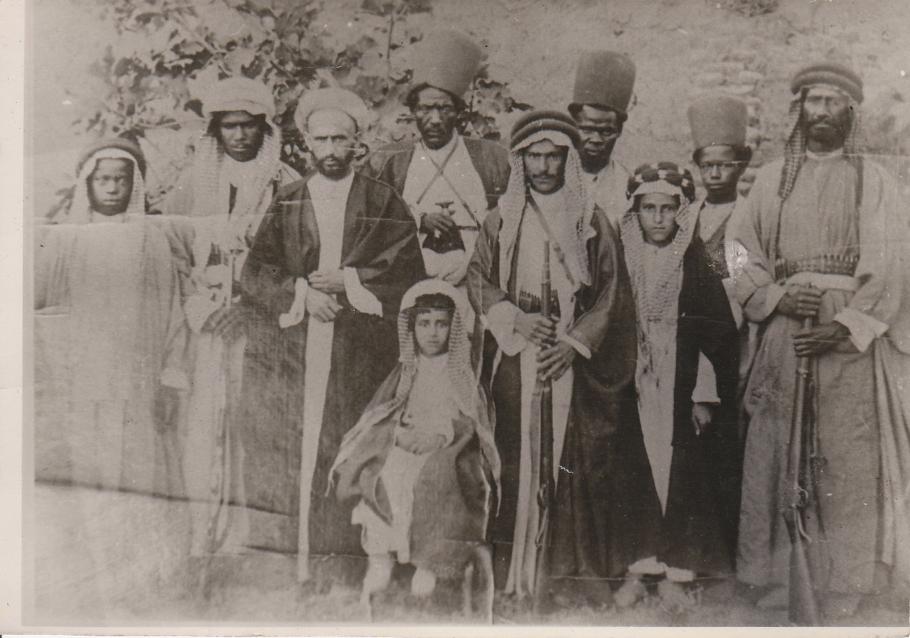 A young Sheikh Abdullah seated (centre) and his elder brother Sheikh Chassib (third from right) with a number of their retainers, 1908. Image credit: VivereInPace/Wikimedia Commons [Licensed under CC BY 4.0