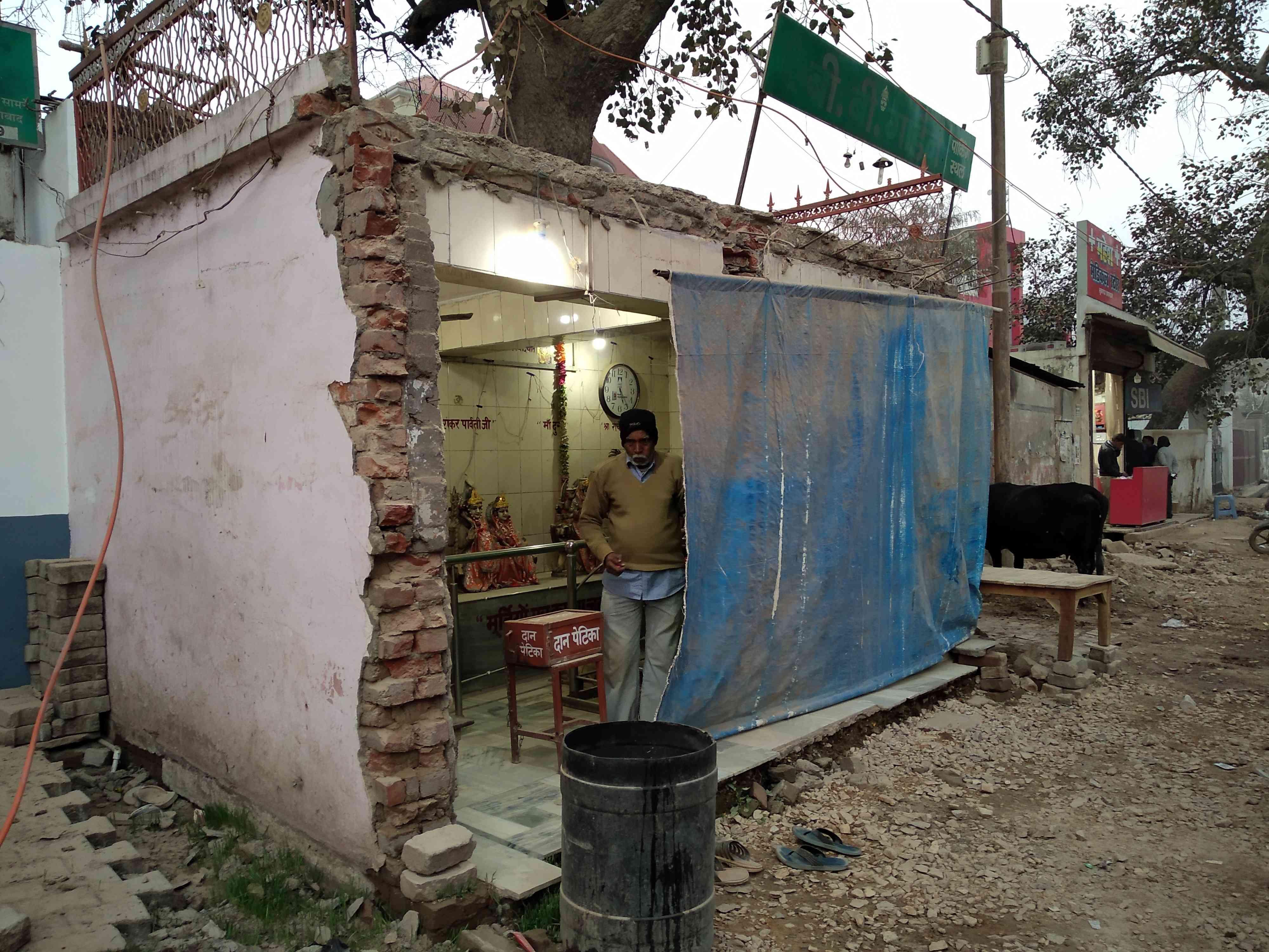 अल्लापुर स्थित सड़क किनारे मंदिर